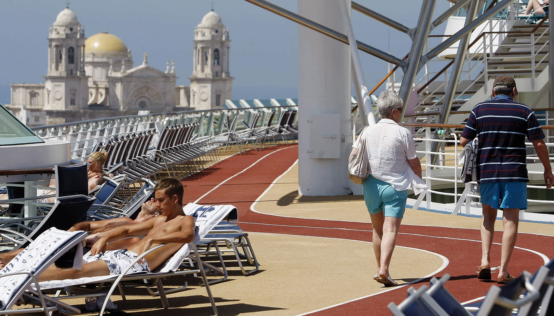 Tourists on a cruise in front of the city of Cádiz.